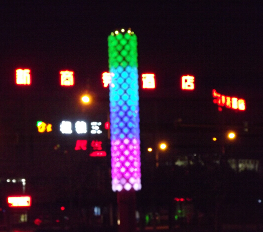 项目简介 渭南华山大街LED光柱 渭南华山大街LED灯光亮化工程是由深圳鑫四禾设计实施,选用鑫四禾30MM全彩二次封装像素灯做成灯光柱,由LED控制器控制灯光颜色及图案变化,所有光柱全部达到同步效果,犹如灯光雕塑,非常有艺术性,夜景效果非常漂亮!  相关数据: 渭南华山大街LED灯光亮化工程采用30MM全彩二次封装LED像素灯39000颗 显示灯柱:150个,间距:左右20公分 竣工时间:2014年10月  渭南华山大街LED灯光亮化工程分两批完成,第一批试用50个灯柱,2013年5月完成,试用完后觉的效